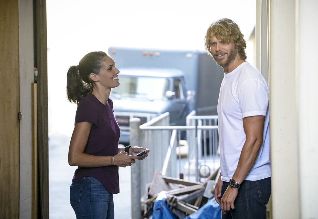 Während der Ermittlungen zu einem Mord entdeckt das NCIS-Team (Daniela Ruah, l. und Eric Christian Olsen, r.) geheime Überwachungsinformationen, die... - Bildquelle: Bill Inoshita 2017 CBS Studios Inc. All Rights Reserved.