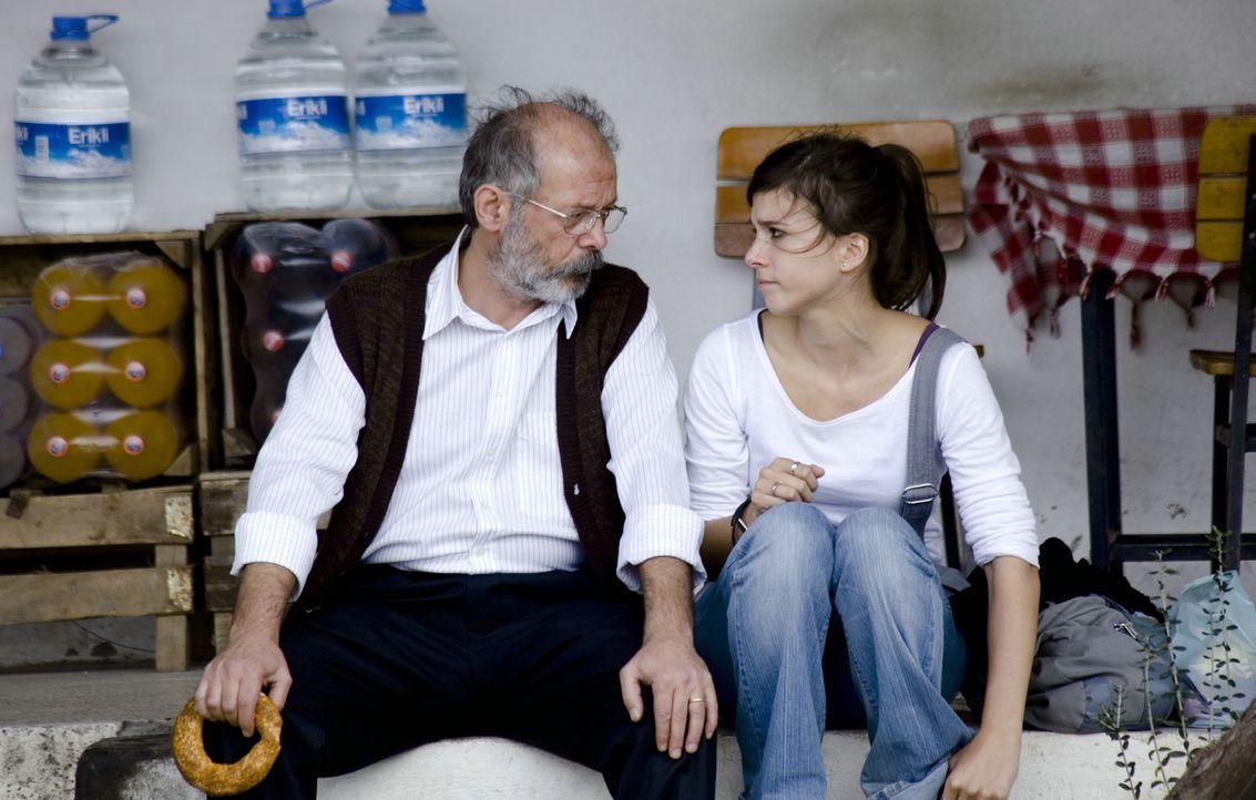 Vor fast einem halben Jahrhundert ist Hüseyin (Vedat Erincin, l.) als Gastarbeiter nach Deutschland gekommen. Mit der Frage nationaler Identität h... - Bildquelle: 2011 ROXY FILM GMBH