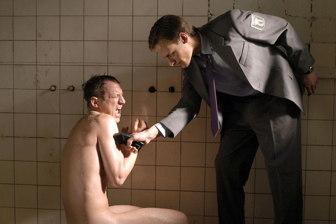 Kaum im Knast gelandet, muss erfahren, dass ihm von allen Seiten Feindschaft entgegen gebracht wird. Als Ex-Bulle ist Max (Wotan Wilke Möhring, l.)... - Bildquelle: Marco Meenen ProSieben