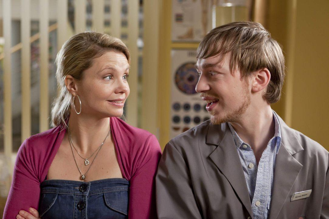 Sind völlig überrascht, als sie Beas Verehrer sehen: Danni (Annette Frier, l.) und Hannes (Tino Mewes, r.) ... - Bildquelle: SAT.1