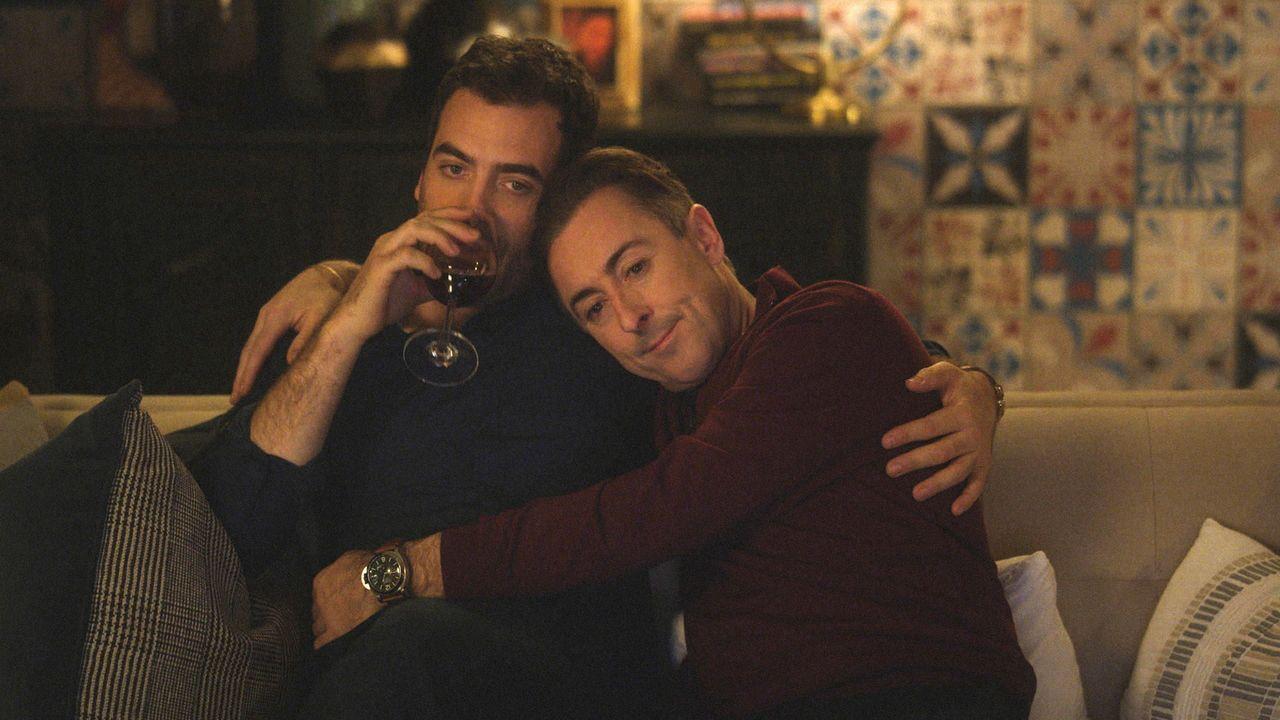 Andy (Daniel Ings, l.) und Dylan (Alan Cumming, r.) wollen ein Kind adoptieren, doch schon das erste Gespräch verläuft unglücklich. Ist das das Ende... - Bildquelle: 2018 CBS BROADCASTING INC. ALL RIGHTS RESERVED.