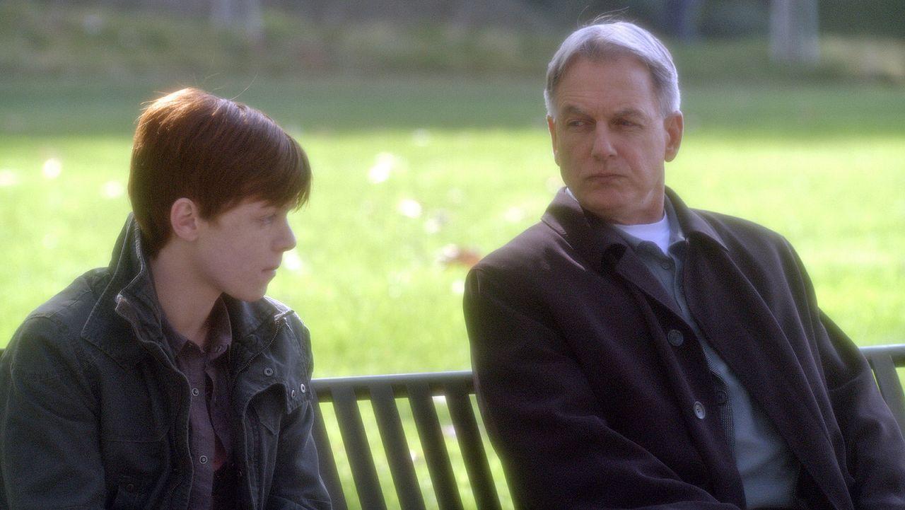 Nick Peyton (Cameron Monaghan, l.) soll seine Eltern er mordet haben. Gibbs (Mark Harmon, r.) und sein Team vernehmen den Jungen, um an die Hintergr... - Bildquelle: CBS Television