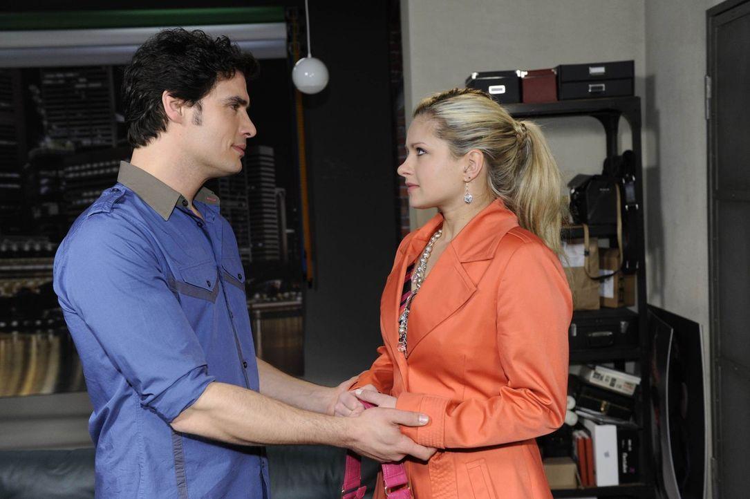 Mia (Josephine Schmidt, r.) ringt sich dazu durch, Alex (Paul Grasshoff, l.) zu berichten, dass Annetts Genesung ernsthaft bedroht sei. Doch wie wir... - Bildquelle: SAT.1