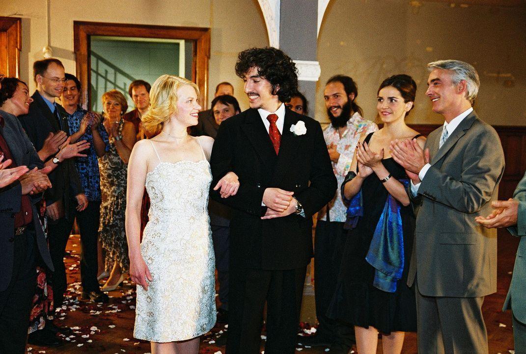 Sandra (Rebecca Immanuel, 2.v.r.) und Felix (Christoph M. Ohrt, r.) gratulieren dem frisch vermählten Brautpaar (Theresa Hübchen, vorne l.; Raffel... - Bildquelle: Hardy Spitz Sat.1