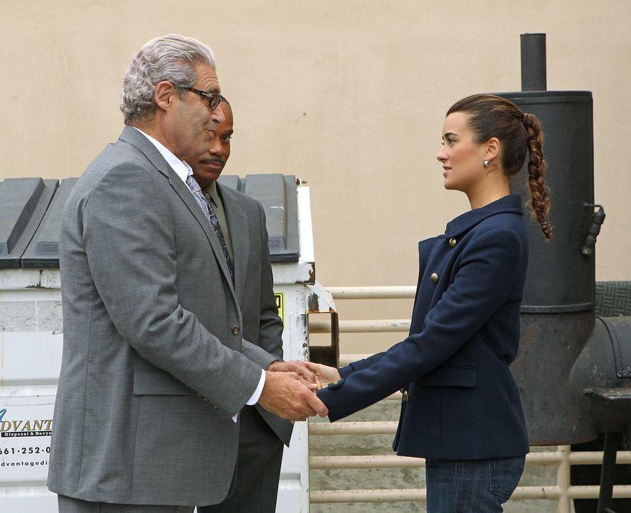 Zivas (Cote de Pablo, r.) Vater (Michael Nouri, l.) taucht plötzlich auf und das Team erfährt, dass er heimlich zu einer Konferenz hochrangiger NC... - Bildquelle: CBS Television