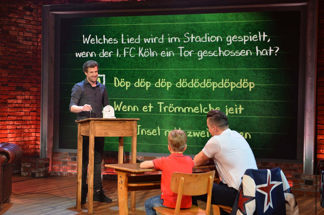Bei Spaßvogel Luke Mockridge (l.) muss diese Woche der österreichische Sänger Andreas Gabalier (r.) die Schulbank drücken ... - Bildquelle: Willi Weber SAT.1