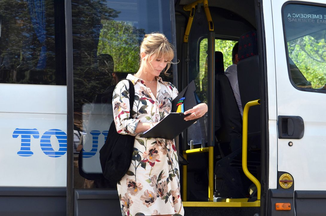 Als die junge Lehrerin Antonia Limpinski (Valerie Niehaus) erfährt, dass sie nur ohne Zweitlehrer auf die Abschlussfahrt nach Mallorca gehen kann, s... - Bildquelle: Jean Peter Feller SAT.1