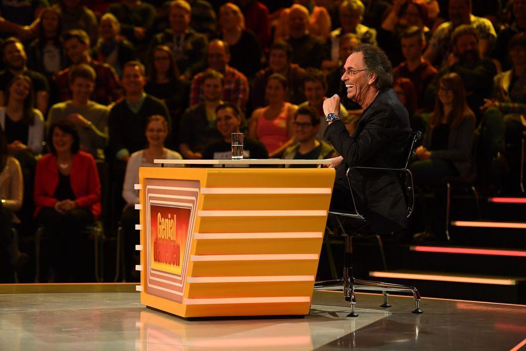 Stellt Fragen der Zuschauer, die die Rate-Profis im Studio erraten müssen: Hugo Egon Balder ... - Bildquelle: Willi Weber SAT.1