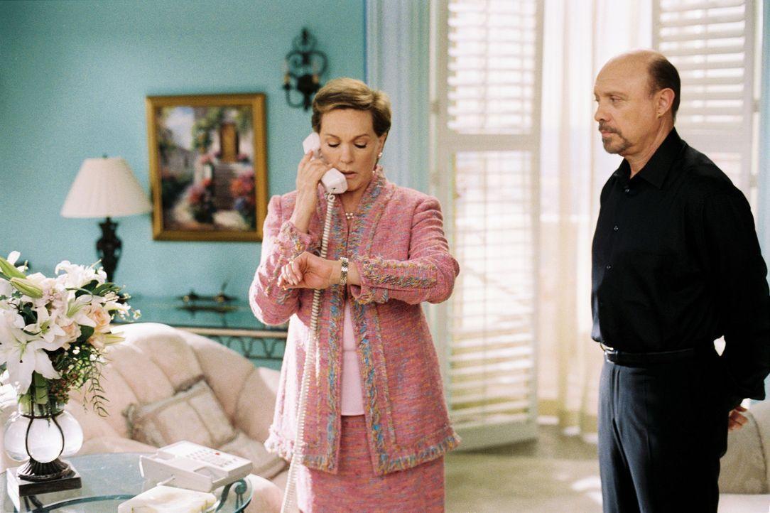 Als Clarisse (Julie Andrews, l.) kund tut, dass sie abzudanken gedenkt, sieht Joe (Hector Elizondo, r.) seine Chance gekommen, endlich offiziell um... - Bildquelle: Disney Enterprises, Inc. All rights reserved