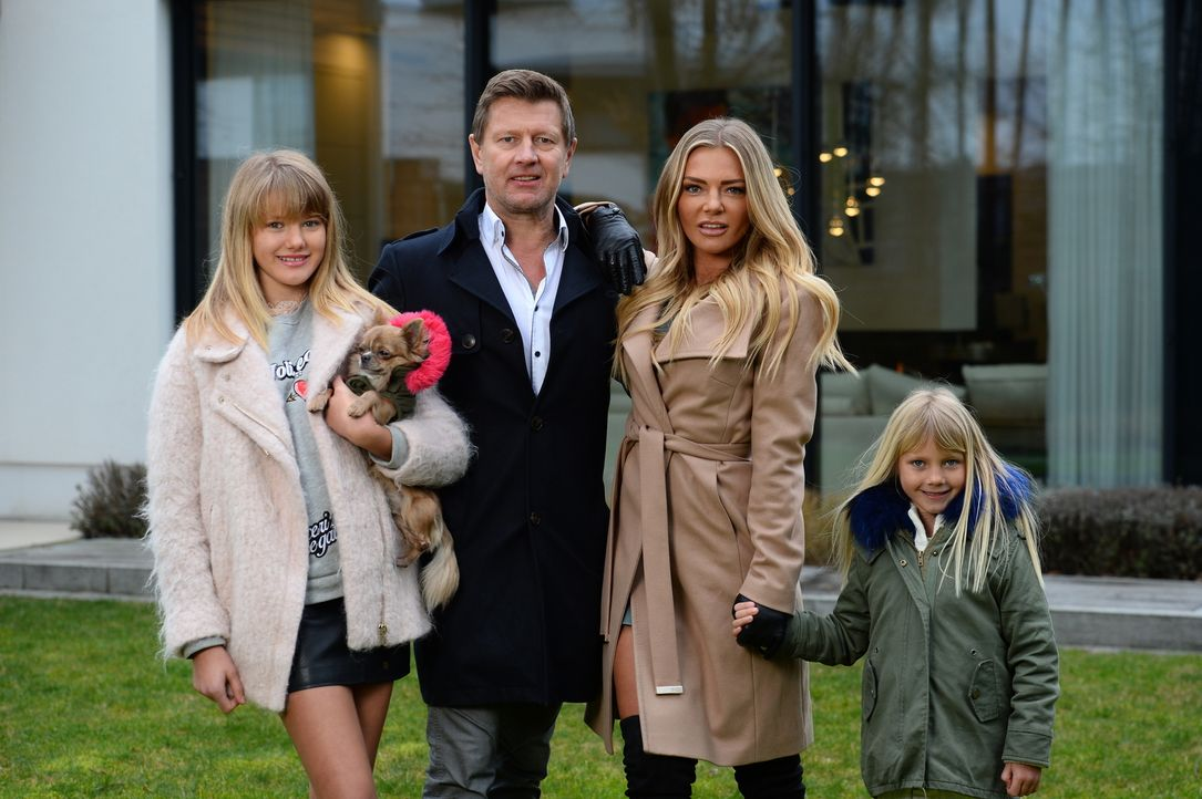 Wilfried Bösch (2.v.l.) lebt mit seiner Frau Kathrin (2.v.r.) und den beiden Töchtern Saphira (l.) und Alexa (r.) in einer 800-Quadratmeter-Villa un... - Bildquelle: Willi Weber SAT.1/Willi Weber