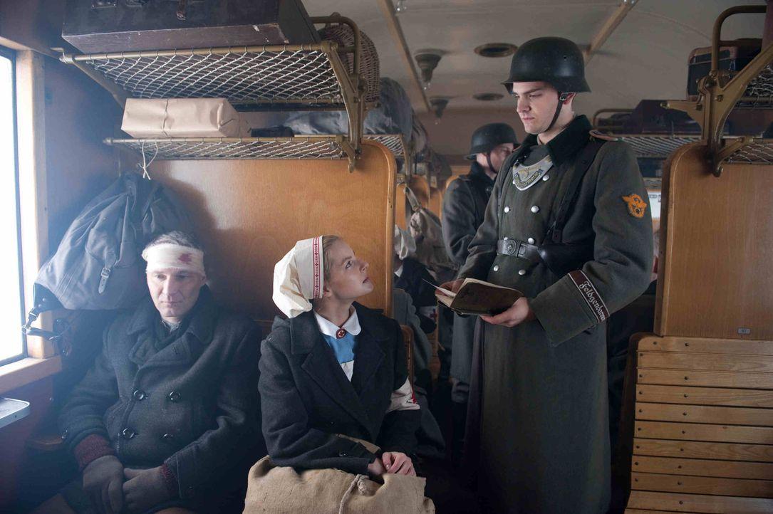 1944: Als Ellen (Yvonne Catterfeld, M.) erfährt, dass Hans' U-Boot einen Maschinenschaden hatte und in Norwegen festhängt, wagt sie sich auf eine ge... - Bildquelle: SAT.1