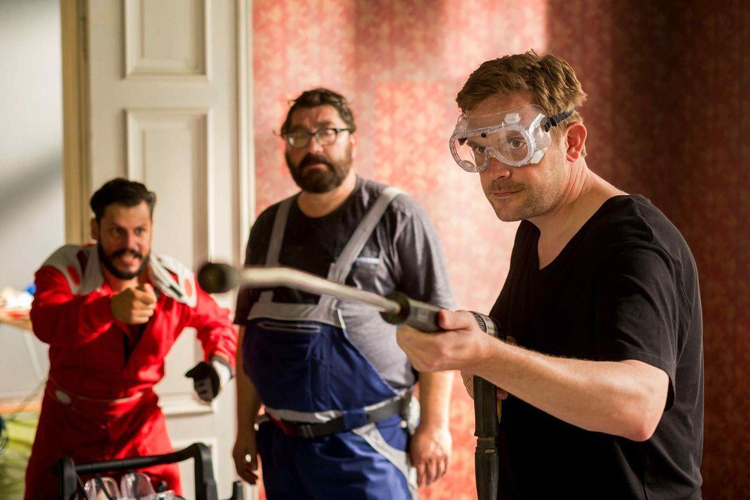 Nicht ahnend, dass sich das Haus mit allen Mittel einer Renovierung widersetzen wird, starten Kai (Sebastian Bezzel, r.) und seine beiden Kumpels Pe... - Bildquelle: Gordon Mühle SAT.1