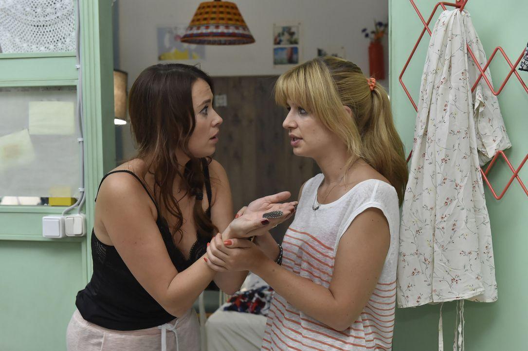 Eine entspannte Nacht sieht anders aus: Mila (Susan Sideropoulos, r.) muss sich um die völlig überdrehte Sally (Laura Osswald, l.) kümmern, die high... - Bildquelle: Claudius Pflug SAT.1