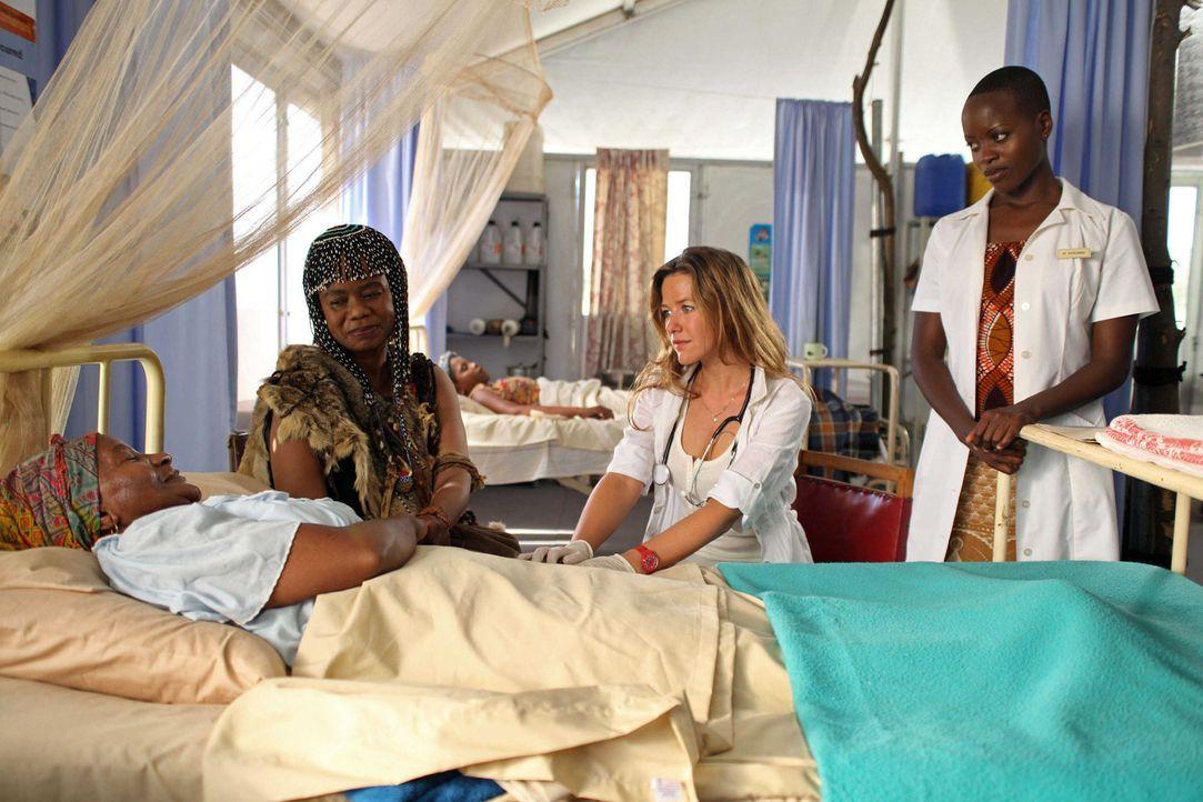 Die deutsche Ärztin Maria Berkel (Alexandra Neldel, 2.v.r.) möchte den Menschen in Somabhula helfen. Doch trotz vieler Krankheitsfälle vertrauen... - Bildquelle: SAT.1