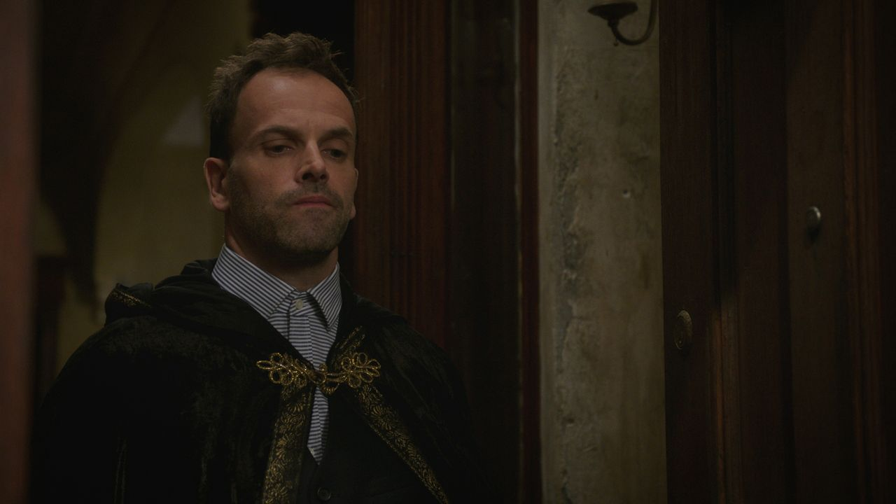 Die Zusammenarbeit mit seinem Vater klappt überraschenderweise hervorragend, doch Sherlock (Jonny Lee Miller) traut der ganzen Angelegenheit nicht s... - Bildquelle: 2015 CBS Broadcasting Inc. All Rights Reserved.