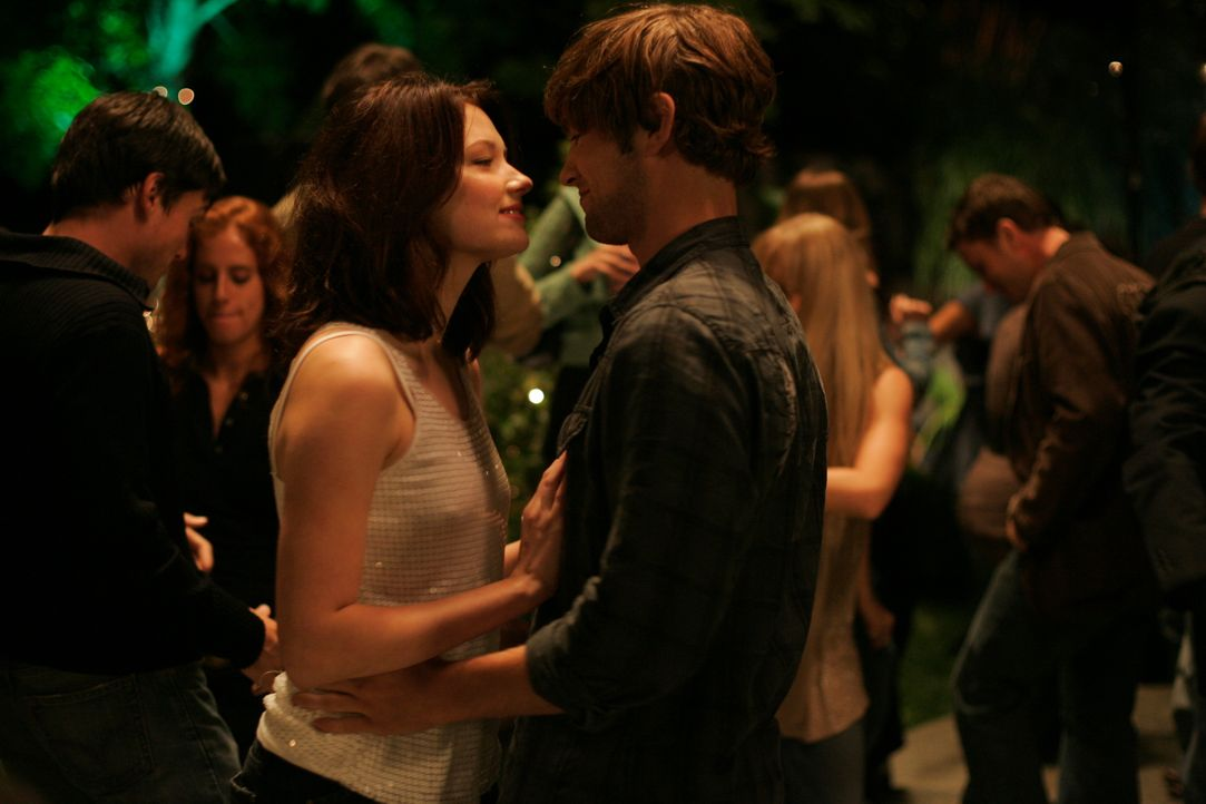 Auch dem attraktiven Joseph (Chace Crawford, r.) gelingt es nicht, Molly (Haley Bennett, l.) von den eigenartigen Visionen zu befreien. Da bricht Mo... - Bildquelle: Odd Lot International