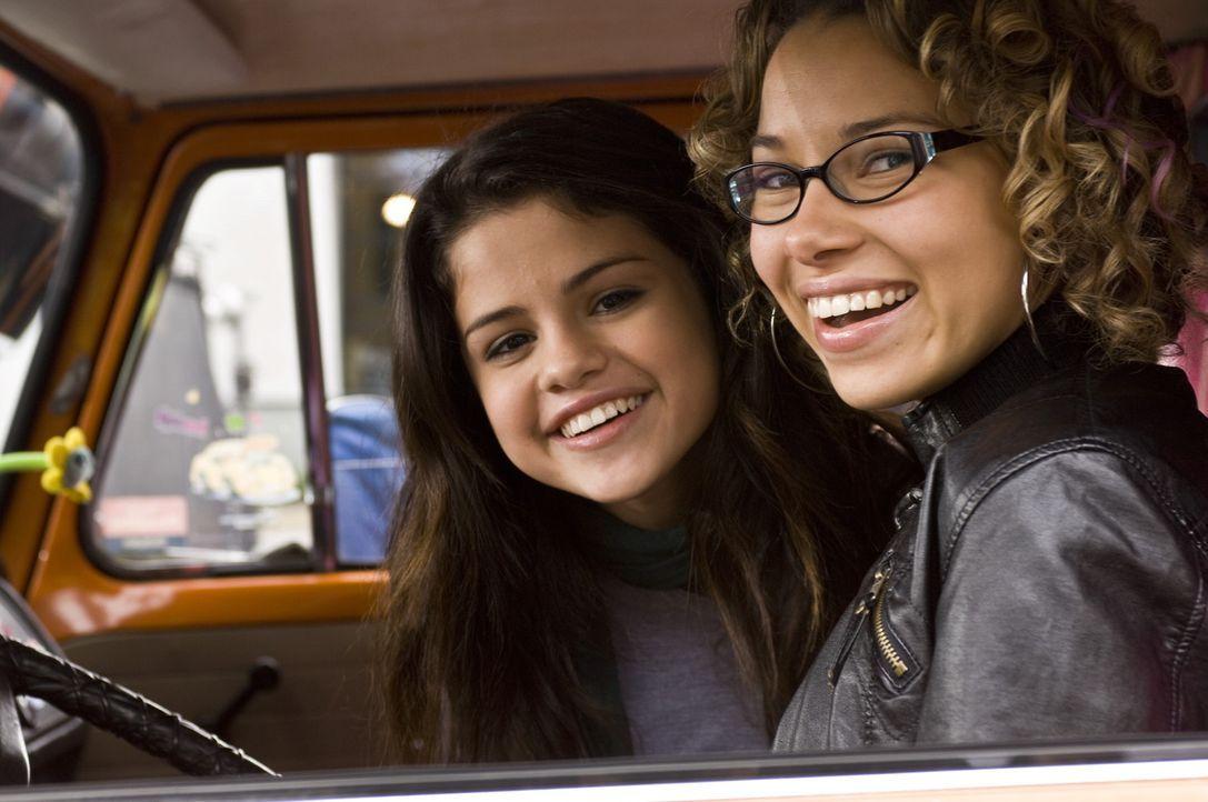 Lassen sich nicht unterkriegen: Mary (Selena Gomez, l.) und ihre beste Freundin Tami (Jessica Parker Kennedy, r.) ... - Bildquelle: Warner Brothers