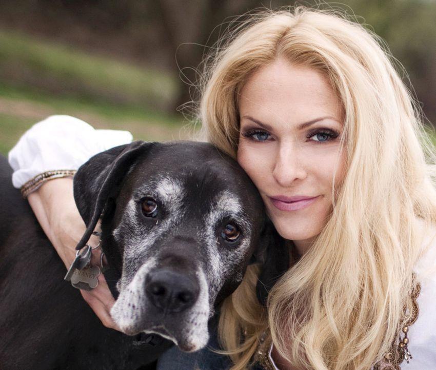 """In der neuen tierischen TV-Romanze """"Tierisch verliebt"""" wird Sonya Kraus zur Kupplerin und hilft alleinstehenden Tierfreunden bei ihrer Suche nach de... - Bildquelle: SAT.1/Action Press Plus/Jens Koch"""