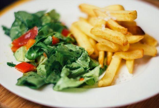 Pommes und grüner Salat – die klassischen Beilagen fürs Zigeunerschnitzel.