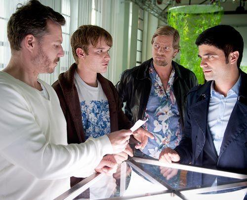 Haben natürlich keine Ahnung, was ihrem Kumpel und Geschäftspartner passiert ist: Tobias Brandt (Tobias Schenke, 2.v.l.) und Peter Jordanis (Dirk... - Bildquelle: Martin Rottenkolber - Sat1