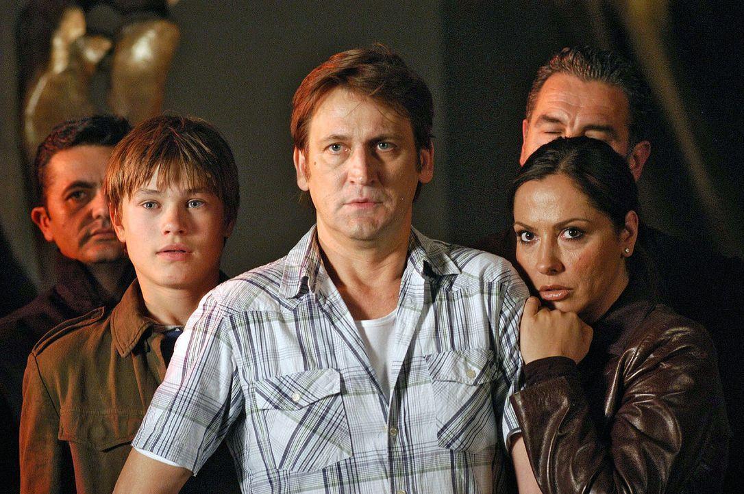 Familie Engel - (v.l.n.r.) Sohn Marc (Christopher Reinhardt), Vater Rainer (Ingo Naujoks), Mutter Karin (Simone Thomalla)  - geraten in ein teuflisc... - Bildquelle: Sat.1
