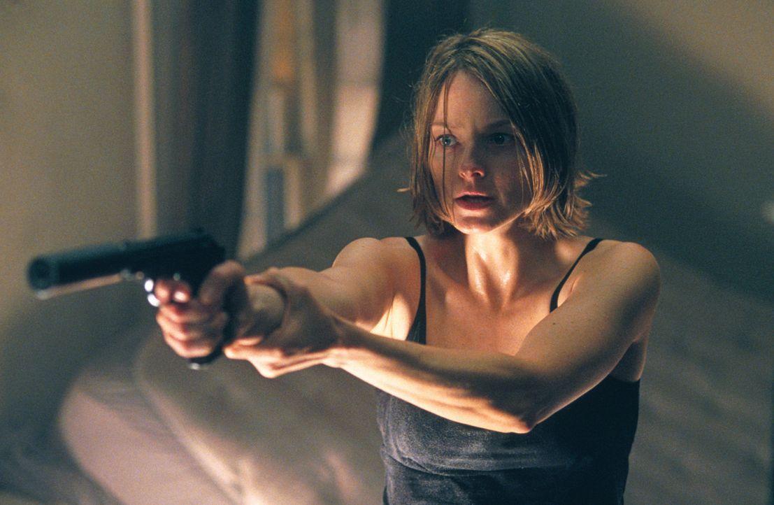Durch einen Fehler der Einbrecher ist es Meg (Jodie Foster) gelungen, in den Besitz einer Waffe zu gelangen. Doch noch hat der Spuk kein Ende, denn... - Bildquelle: 2003 Sony Pictures Television International. All Rights Reserved