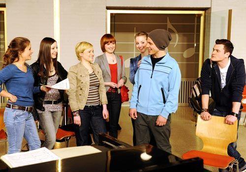 Bea, Luzi, Emma, Sophie, Lara und Timo nehmen Bodo Wilhelmsen herzlich in der S.T. AG auf ... - Bildquelle: Christoph Assmann - Sat1