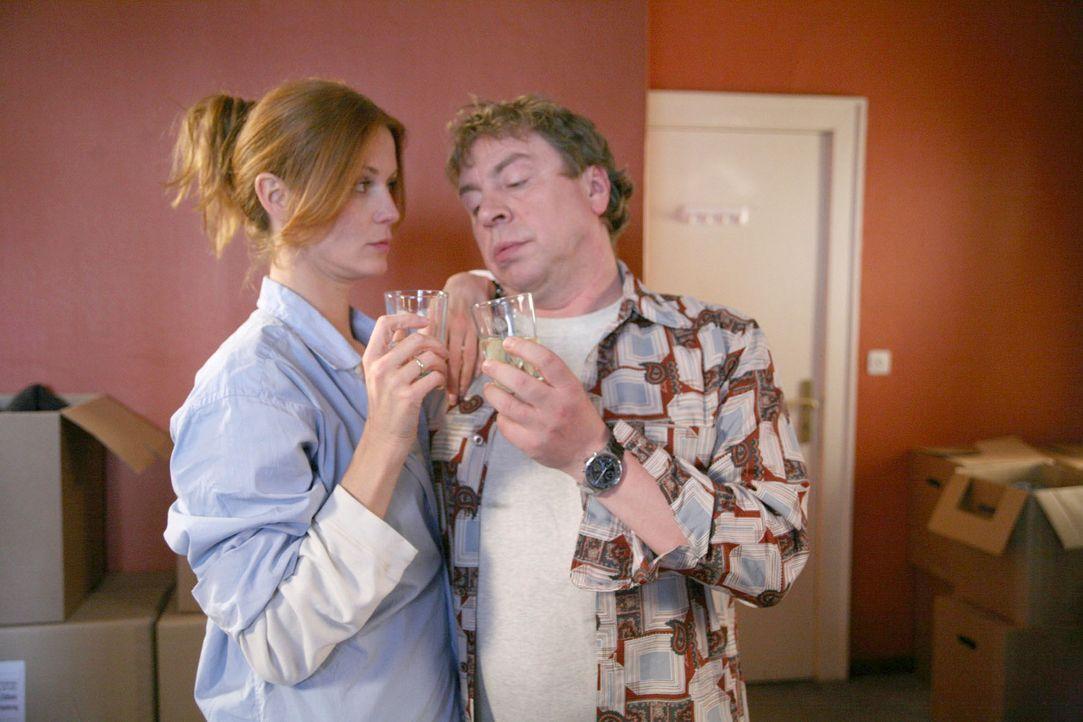 Carlo (Armin Rohde, r.) und seine Moni (Esther Schweins, l.) stoßen auf die neue Wohnung an. - Bildquelle: Volker Roloff Sat.1