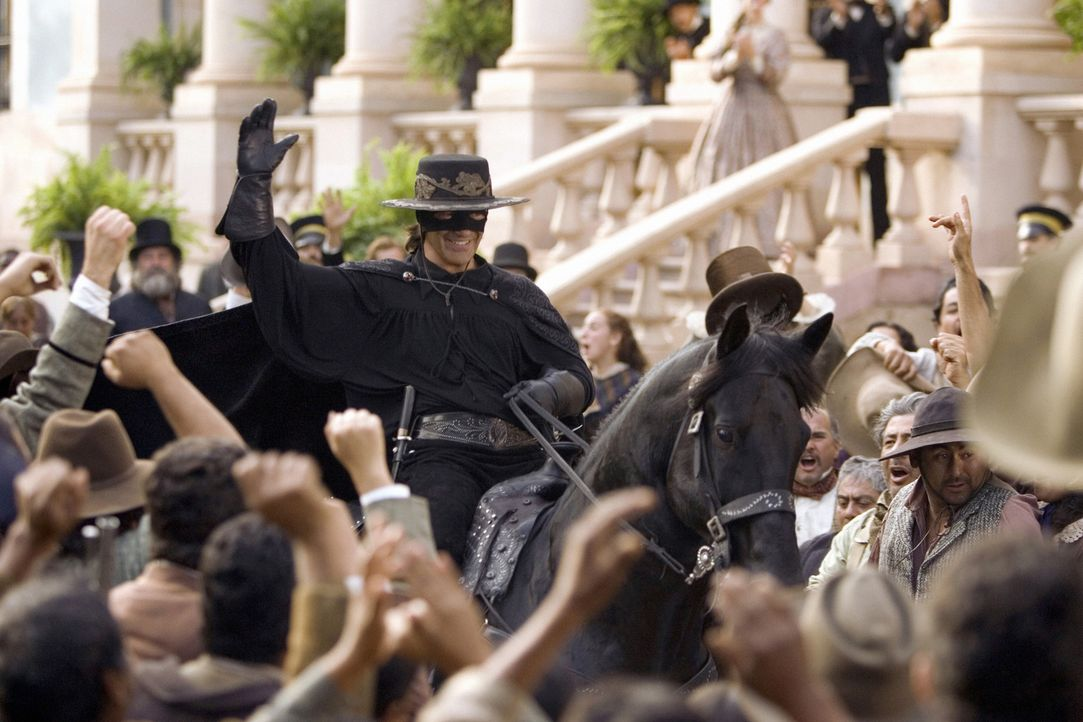 Der legendäre Rächer Zorro (Antonio Banderas, M.) hat ziemlich viel Zoff daheim. Gattin Elena de la Vega ist sauer auf den Gatten, der, anstatt si... - Bildquelle: Sony Pictures Television International. All Rights Reserved.