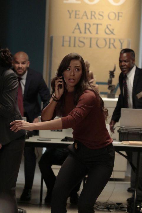 Der sadistische Geiselnehmer droht FBI-Agentin Kay Daniels (Ilfenesh Hadera) per Telefon, doch kann Cameron Black die Situation noch deeskalieren? - Bildquelle: Warner Bros.