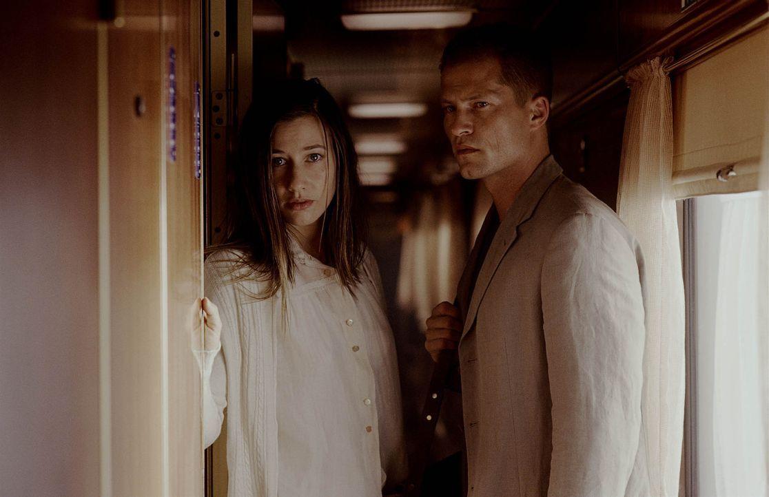 In letzter Sekunde verhindert Nick (Til Schweiger, r.), dass sich die junge Leila (Johanna Wokalek, l.) das Leben nimmt. Das hat ungeahnte Konsequen... - Bildquelle: Buena Vista International Inc.