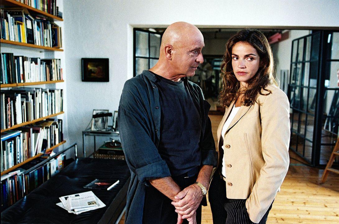 Borell (Wilfried Baasner, l.) bleibt hartnäckig. Er möchte unbedingt Sandra (Rebecca Immanuel, r.) als Aktmodell vor seiner Kamera haben ... - Bildquelle: Sat.1