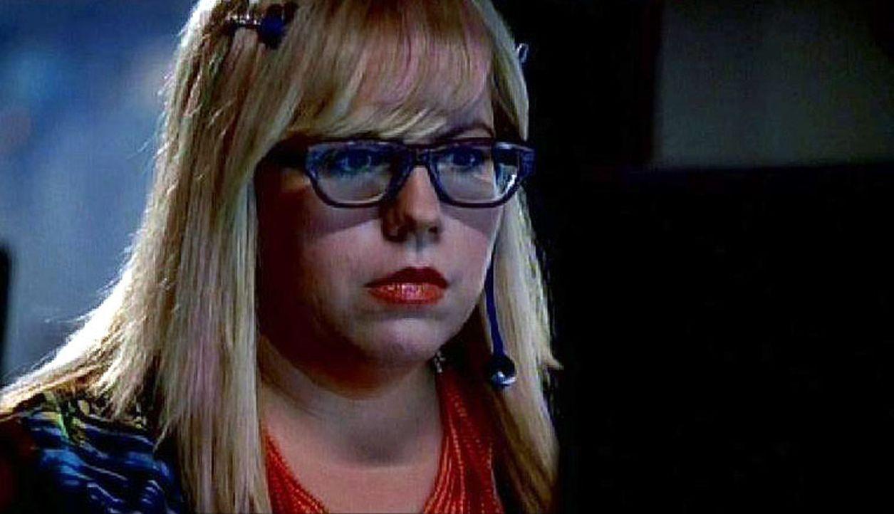 Penelope Garcia (Kirsten Vangsness) hört einen Tonmitschnitt des Mordes an einem der Mädchen ... - Bildquelle: Touchstone Television