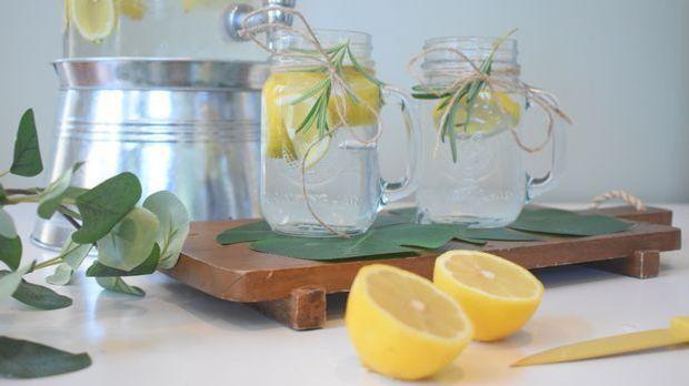 Mehrere Wasserkaraffen mit Zitrone