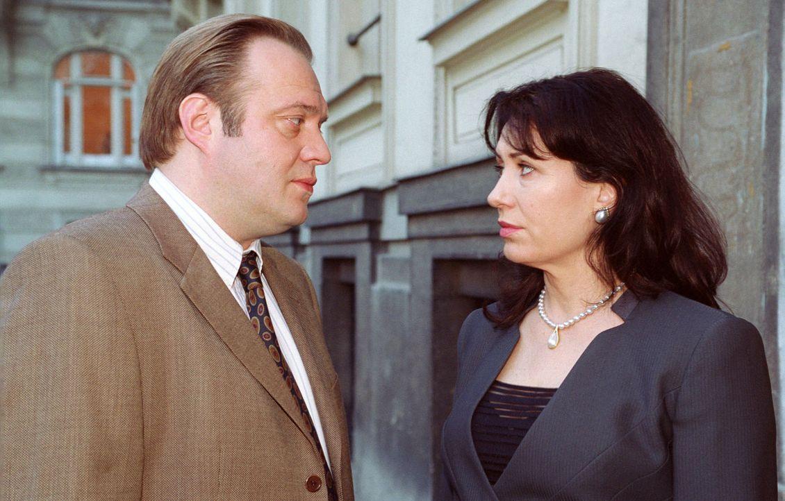 Die Hauptverdächtigen Christine Zartmann (Brigitte Karner, r.) und Karl Dovorak (Jan-Gregor Kremp, l.) bei einem vertraulichen Gespräch. - Bildquelle: Sat.1