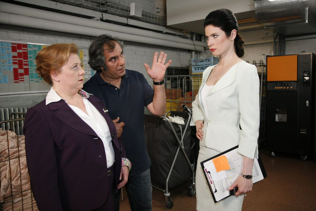 Paula (Regine Hentschel, l.) und Süleyman (Hussi Kutlucan, M.) merken erneut, dass mit Gina (Elisabeth Sutterlüty, r.) nicht zu spaßen ist ... - Bildquelle: SAT.1
