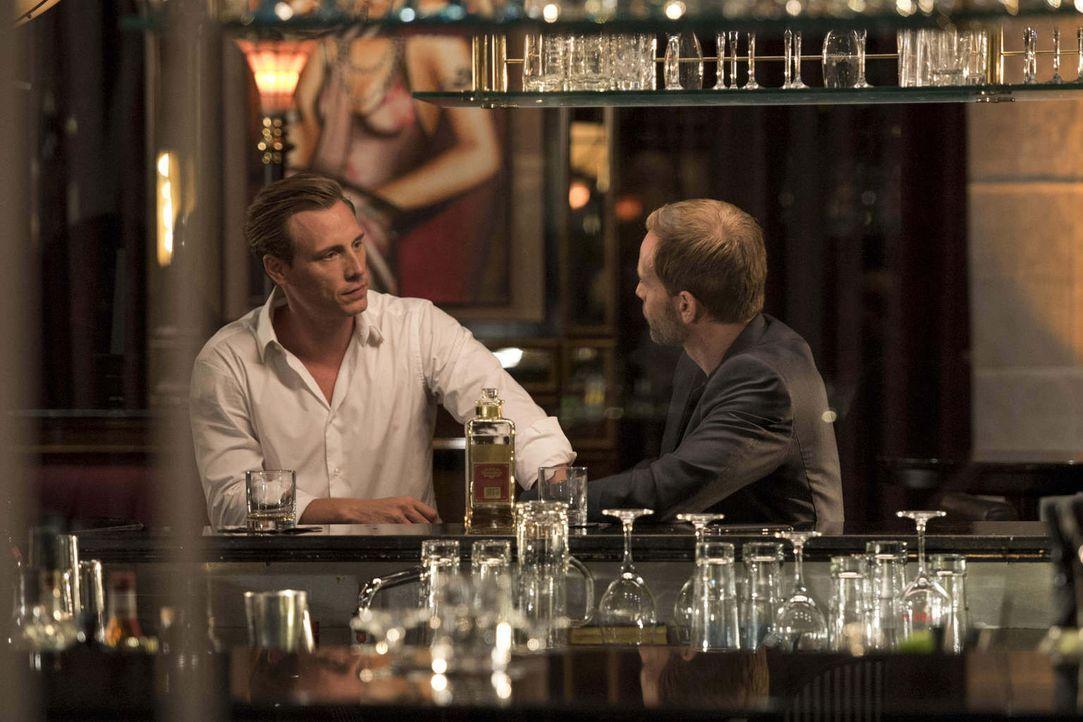 Als Sebastian (Patrick Kalupa, l.) eine desaströse Nacht mit Nina erlebt, lässt er sich von Daniel (Julian Weigend, r.) überreden, ein geheimnisvoll... - Bildquelle: Christoph Assmann SAT.1