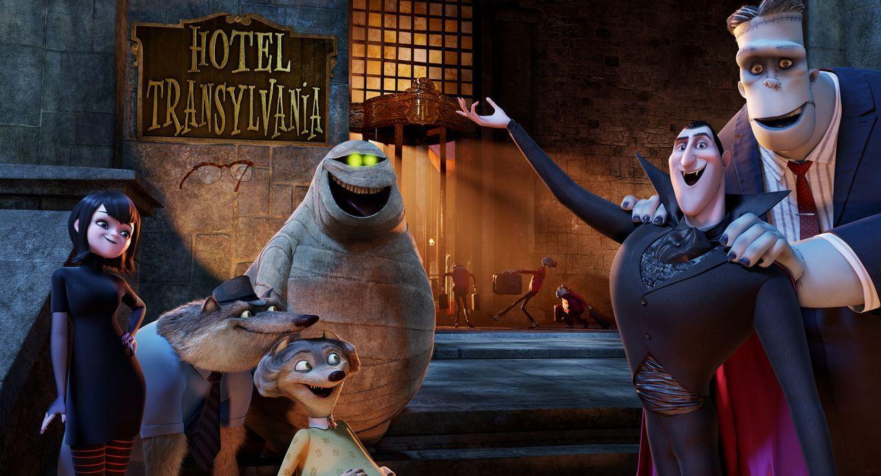 Im Hotel Transsilvanien von Graf Dracula (2.v.r.) und seiner Tochter Mavis (l.) checken regelmäßig Monster ein, die Ruhe vor der Welt der Menschen s... - Bildquelle: 2012 Sony Pictures Animation Inc. All Rights Reserved.