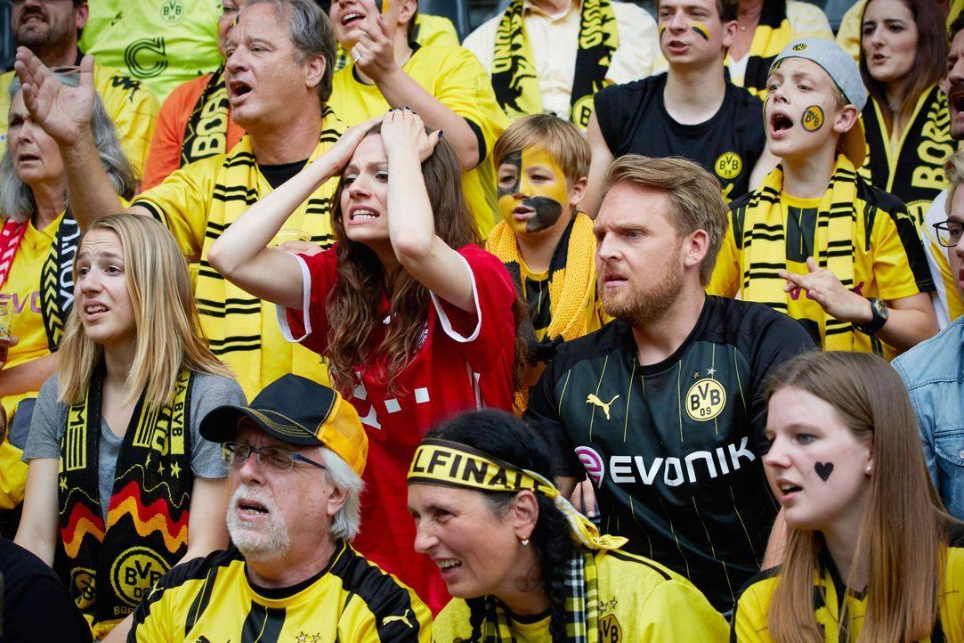 Eigentlich ärgste Fußballfeinde: der Vollblut-BVB-Fan Philipp (Axel Stein, M.r.) und die ambitionierte FC Bayern-Funktionärin Viktoria (Julia Hartma... - Bildquelle: Guido Engels SAT.1