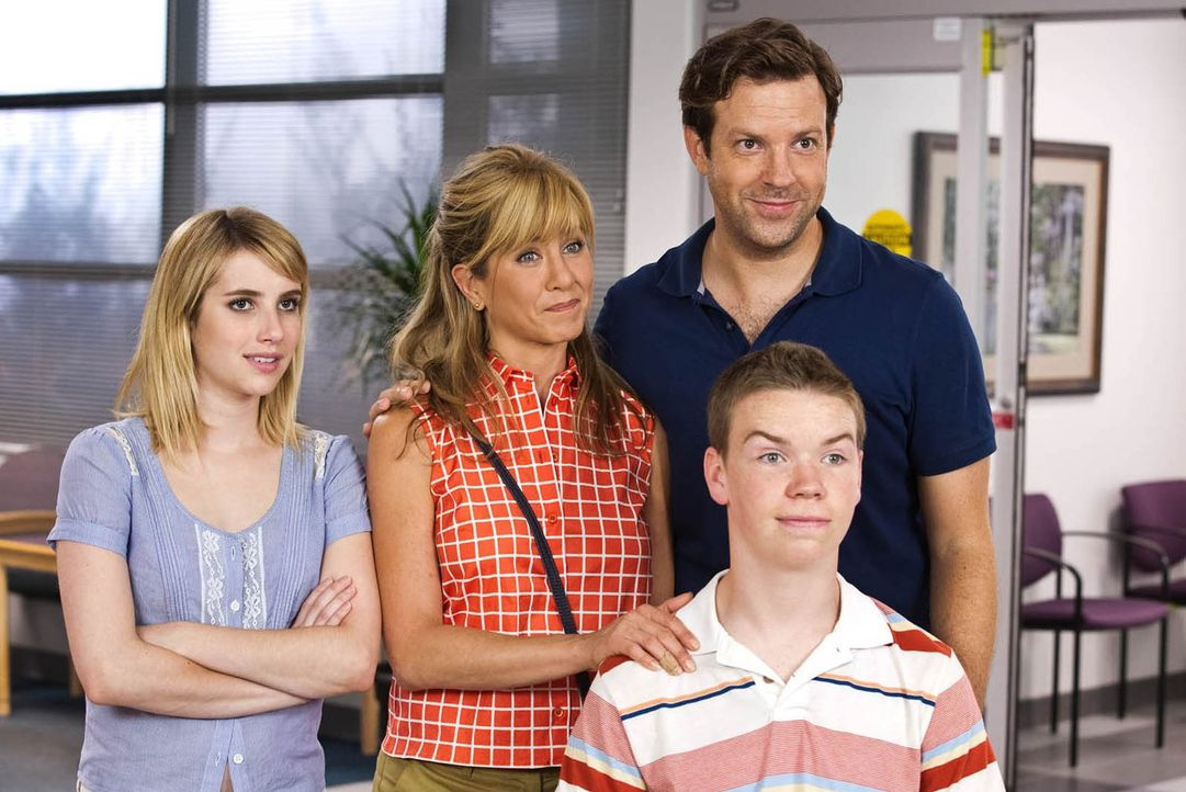 Wir sind die Millers: David (Jason Sudeikis, 2.v.r.), Rose (Jennifer Aniston, 2.v.l.), Kenny (Will Poulter, r.) und Casey (Emma Roberts, l.) ... - Bildquelle: 2013 Warner Brothers.  All rights reserved.