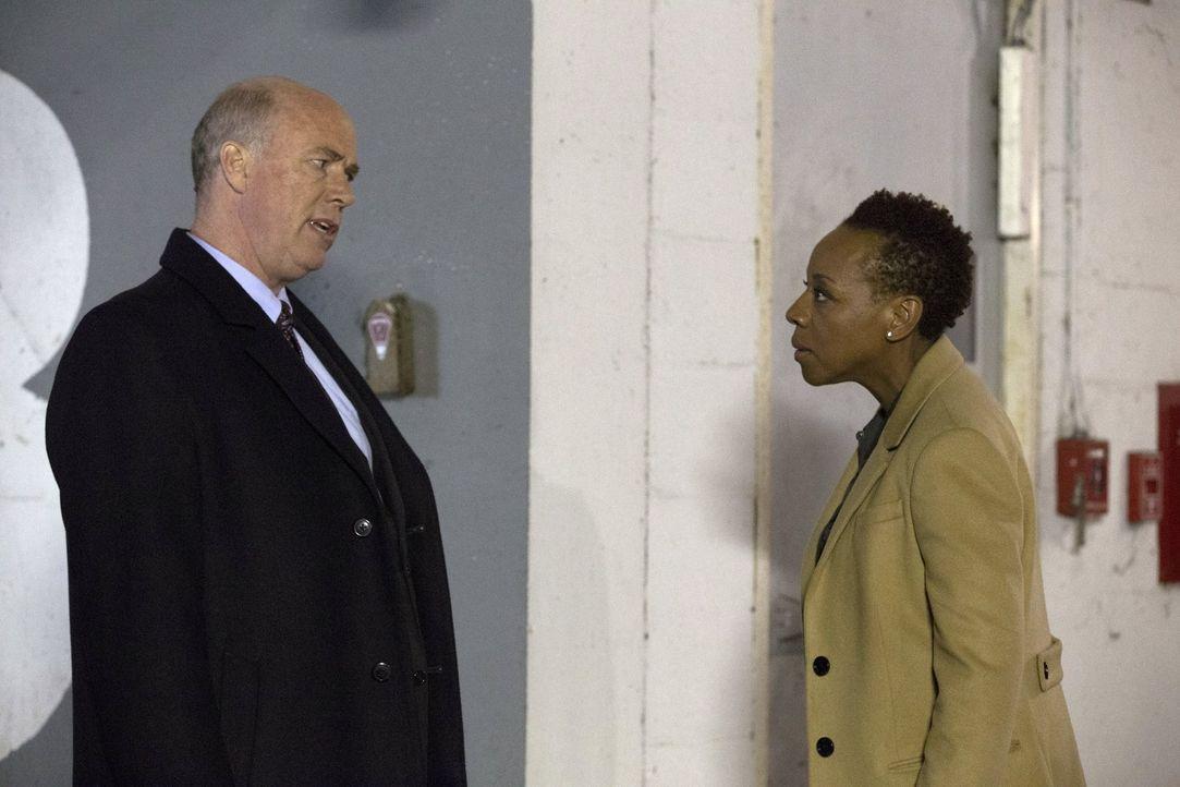 Immer wieder versucht CIA-Vizedirektors Carter (Michael Gaston, l.), Mayfair (Marianne Jean-Baptiste, r.) dazu zu bringen, Jane aus dem Weg zu räume... - Bildquelle: Warner Brothers