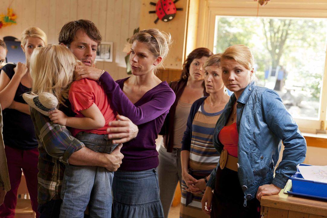 Danni (Annette Frier, r.) versucht mit allen Mitteln herauszufinden, ob sich Erzieher Manuel wirklich an Emma (Emma Scheffer, 2.v.l.), einem Mädche... - Bildquelle: SAT.1
