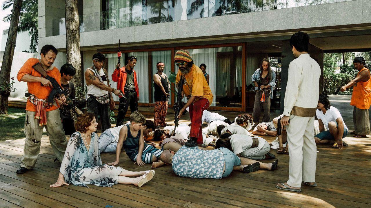 Wenn der Traumurlaub zum Albtraum wird: Als der Pirat Thiha (Sahajak Boonthanakit-Poo, l.) und seinen Gesellen ein Luxusressort auf einer abgelegene... - Bildquelle: Hans-Joachim Pfeiffer SAT.1