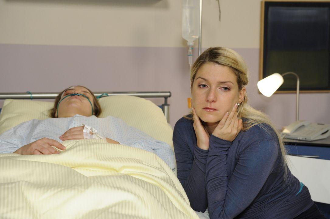 Anna (Jeanette Biedermann, r.) wacht über Katjas(Karolina Lodyga, l.) Leben ... - Bildquelle: SAT.1