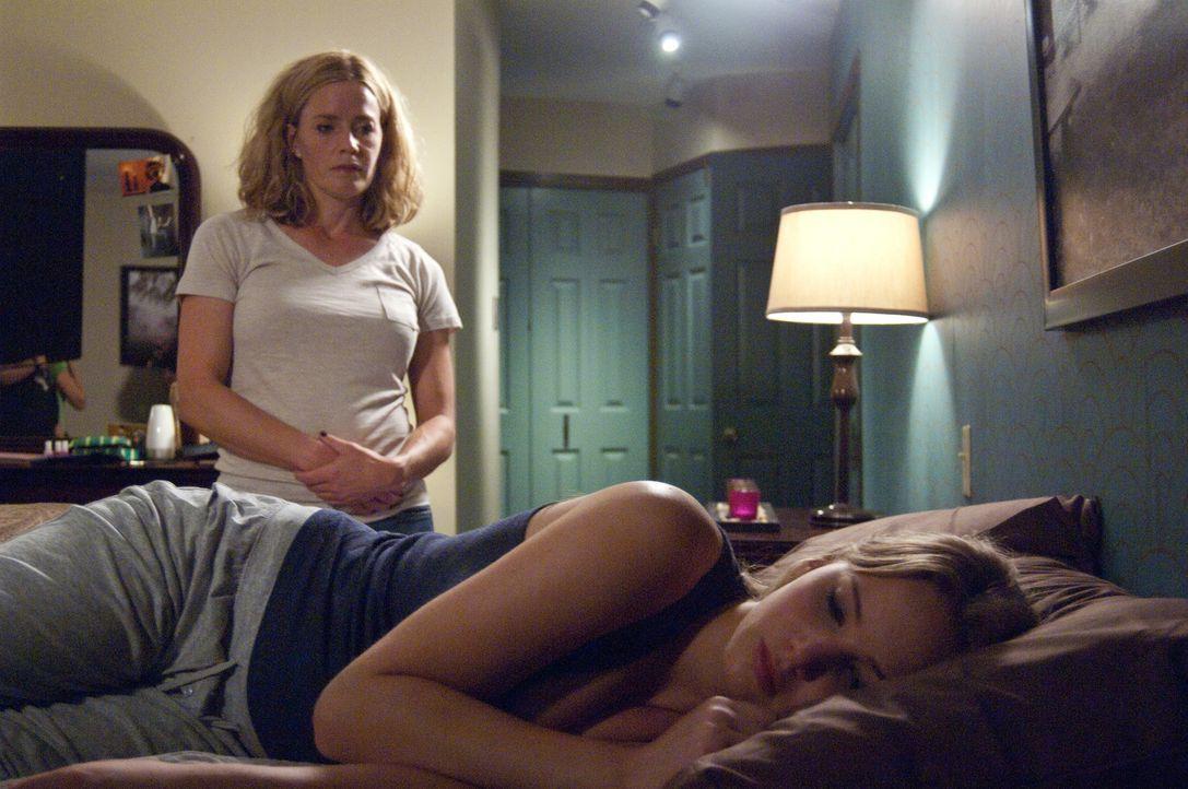 Nach dem misslungenen Abend mit Ryan, an dem Sarah (Elisabeth Shue, l.) ihn rausschmiss, ist Elissa (Jennifer Lawrence, r.) nicht gut auf ihre Mutte... - Bildquelle: 2011 HATES, LLC.  All Rights Reserved.