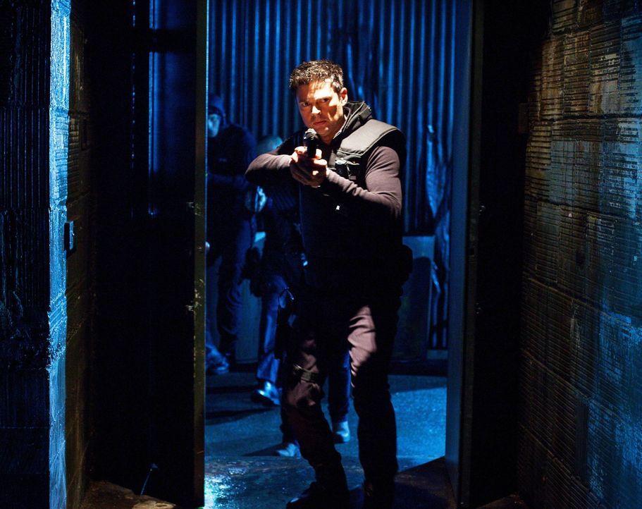 Als ein alter Kollege bei einem Drogendeal erschossen wird, ist John (Karl Urban) der einzige, der an die Unschuld des Polizisten glaubt ... - Bildquelle: Warner Bros. Television