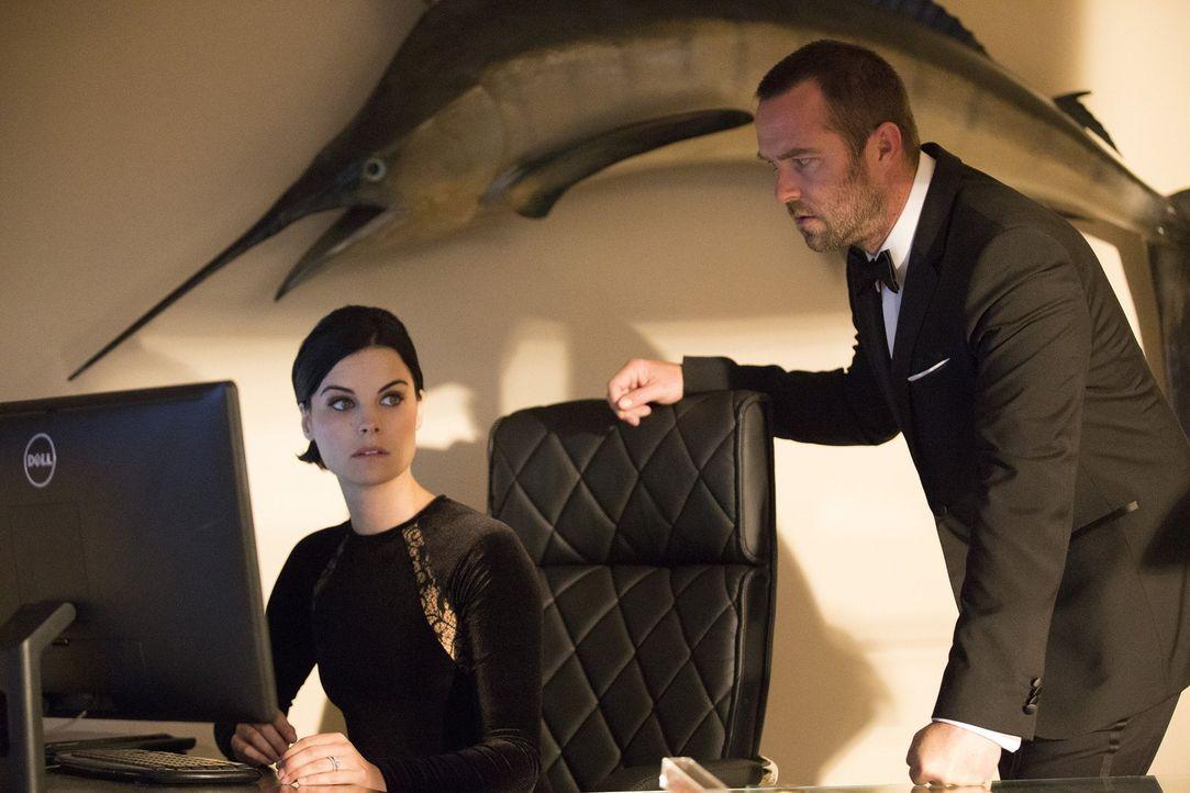 Jane (Jaimie Alexander, l.) und Weller (Sullivan Stapleton, r.) müssen undercover als bulgarisches Auftragsmörderpärchen einem Hacker das Handwerk l... - Bildquelle: Warner Brothers