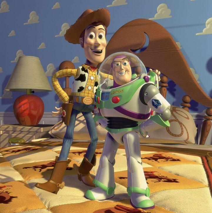 Schon bald hat Woody (l.) nur noch einen Gedanken: Wie werde ich den nervigen Space Ranger Buzz Lightyear (r.) bloß wieder los? - Bildquelle: Disney/PIXAR
