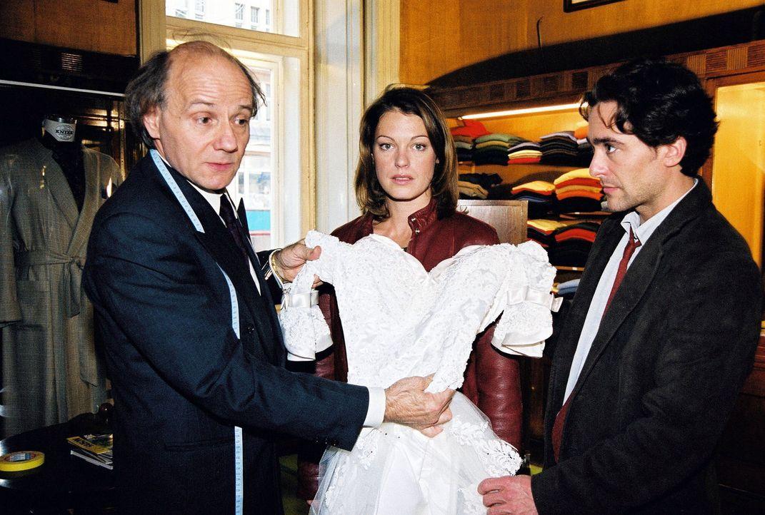 Der Mord an einer jungen Frau führt Niki (Elke Winkens, M.) und Marc (Alexander Pschill, r.) zu dem Schneider Stein (Nikolaus Paryla, l.). - Bildquelle: Sat.1