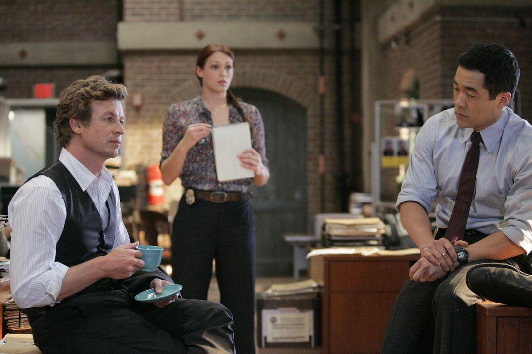 Ermitteln im Mordfall Ed Didrikson: Patrick (Simon Baker, l.), Kendall (Tim Kang, r.) und Grace (Amanda Righetti, M.) ... - Bildquelle: Warner Bros. Television